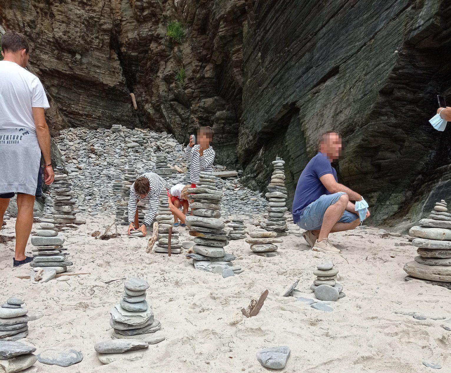 Fernando Suárez solicita ao Servizo de Conservación da Natureza que tome medidas para evitar que os visitantes da praia das Catedrais realicen figuras co amoreamento de pedras