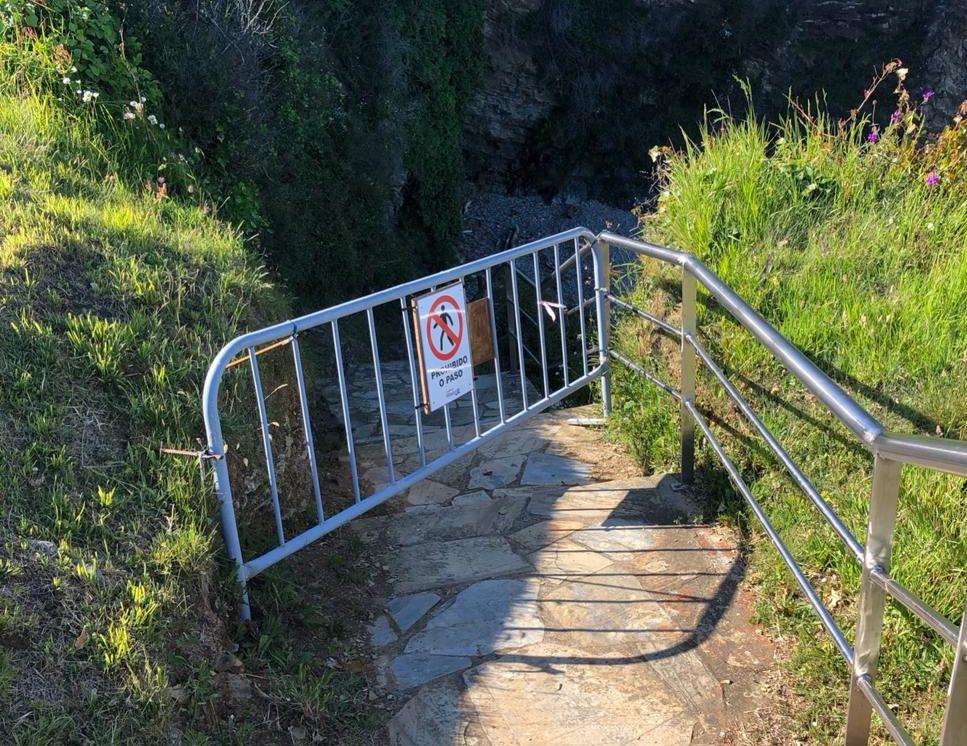 Os accesos á cala do Cargadoiro, máis próxima ao Forte de San Damián, seguirán pechados por seguridade