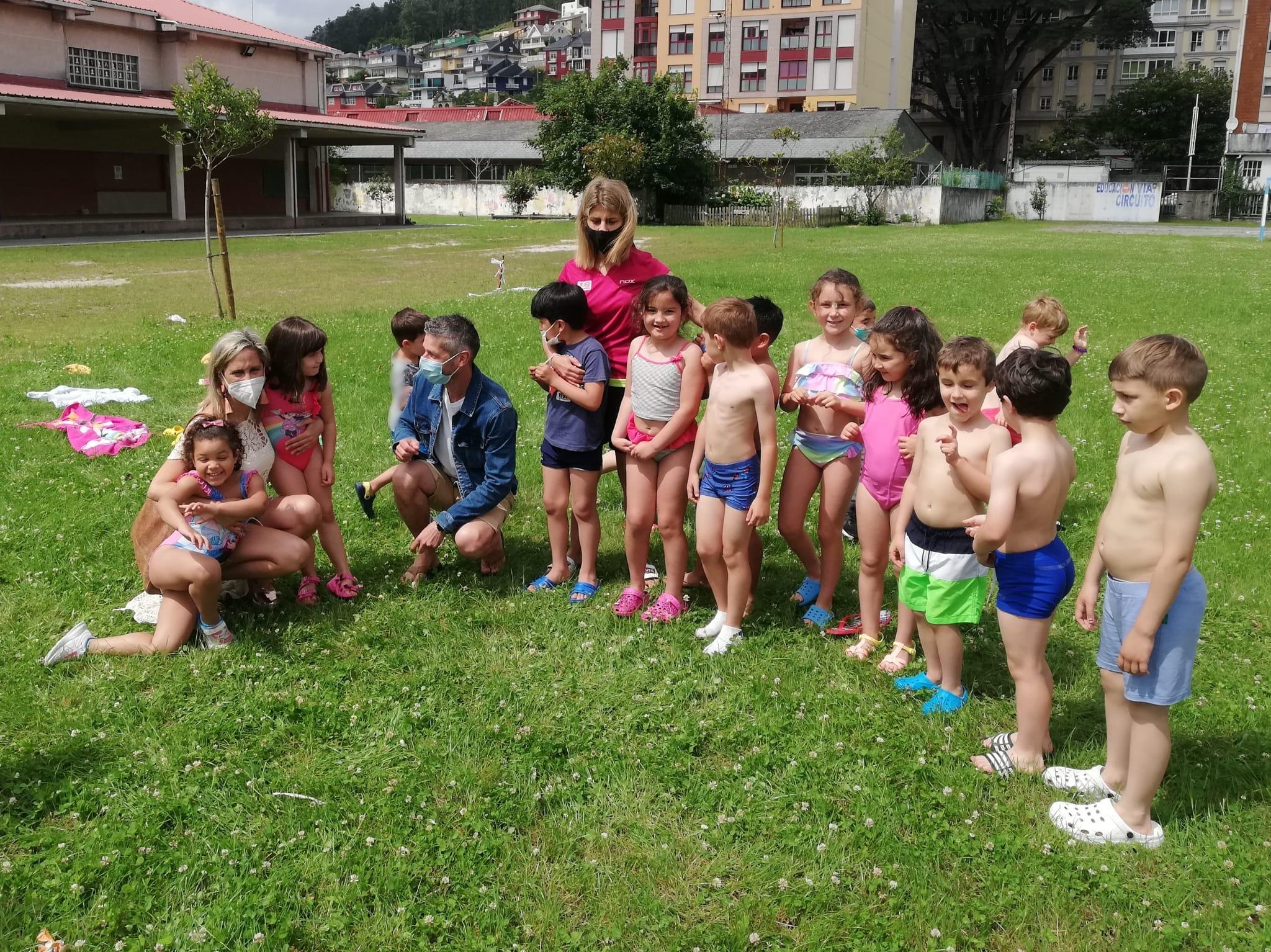 A alcaldesa de Viveiro, María Loureiro, e o concelleiro de Xuventude e Educación, Emilio Villarmea, visitaron o Campamento Urbano de Verán, un servizo que iniciou a súa prestación o pasado luns e que se prolongará ata o 27 de agosto