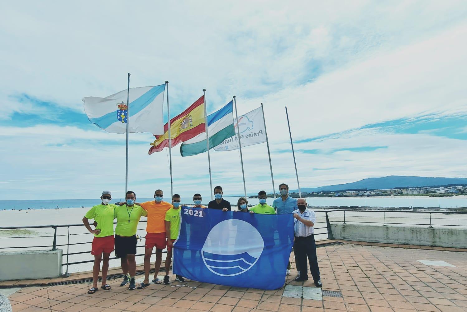 Izada a bandeira azul na praia da Rapadoira