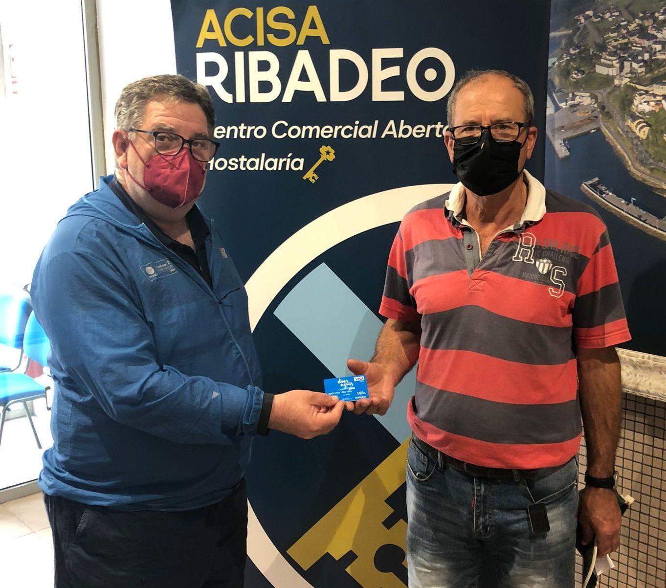 Juan Ignacio Vijande recibiu da man do presidente de Acisa Ribadeo unha tarxeta por valor de 150 euros como gañador dun dos premios dos dias azuis do comercio galego