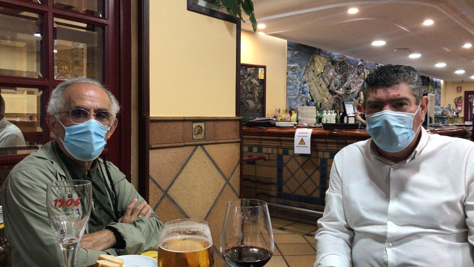 O alcalde, Alfredo Llano, mantivo un encontro informal con Xerardo Estévez, o ex rexedor de Santiago de Compostela e arquitecto de profesión, que se atopa de visita en Burela