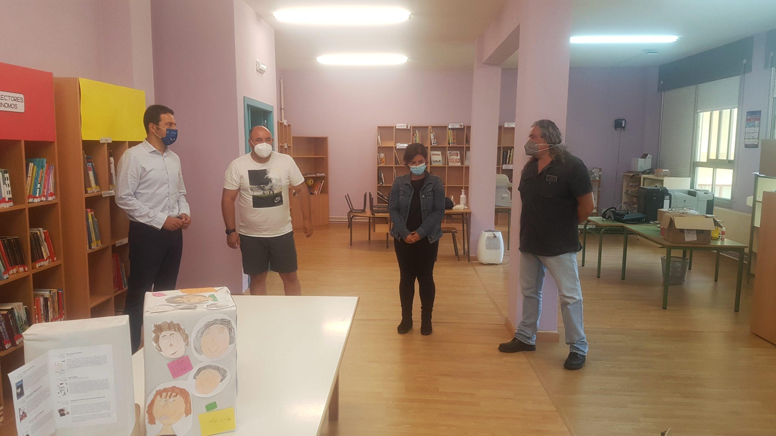 Alfonso Villares, e a edil de Educación, Dolores García Caramés, mantiveron unha xuntanza co director do CEIP Península da Paz, José Ángel Riveira
