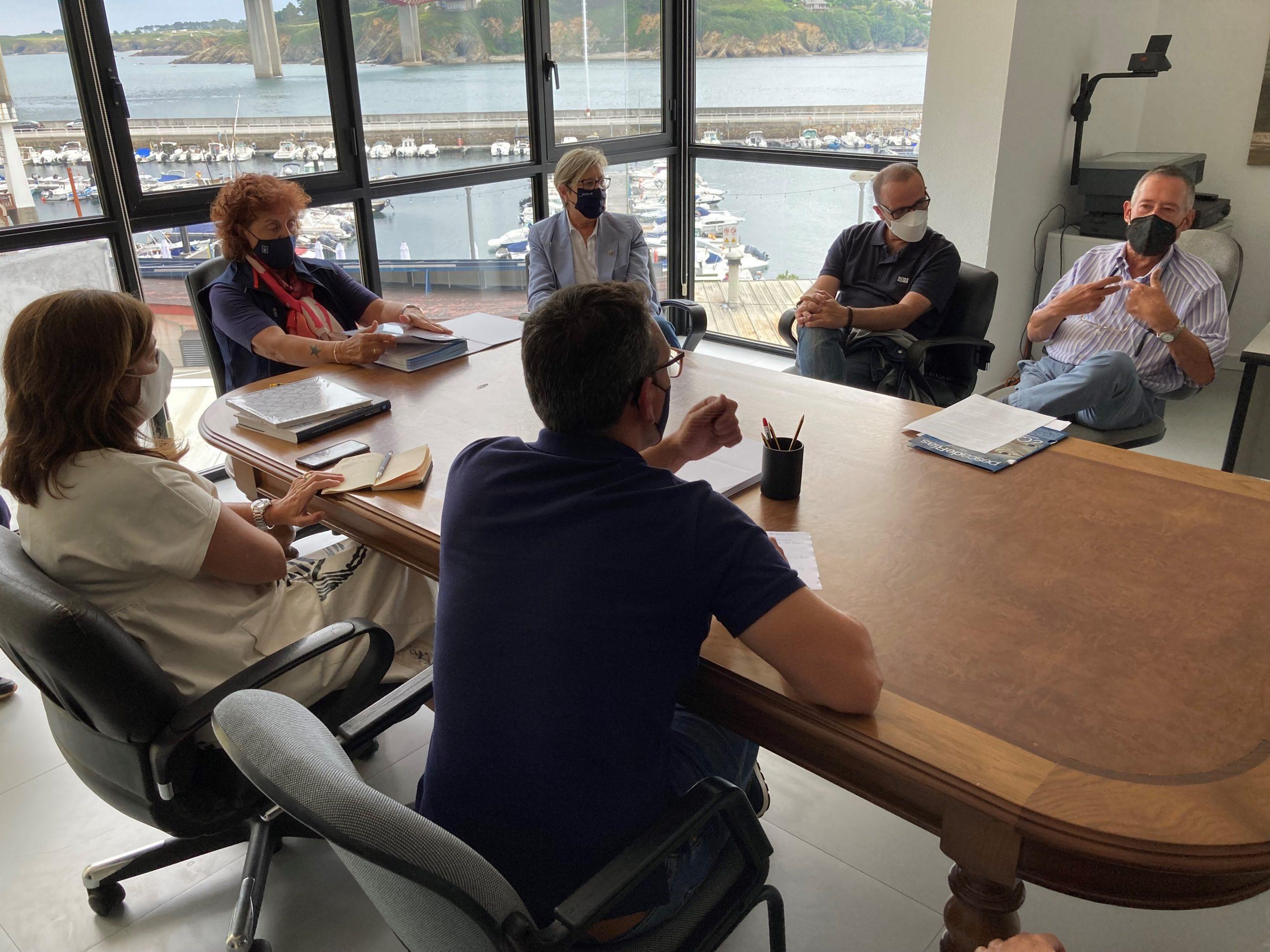 A conselleira do Mar, Rosa Quintana, coñece no CIMA de Ribadeo o traballo realizado no centro para mellorar a produción de semente de moluscos bivalvos en criadeiros