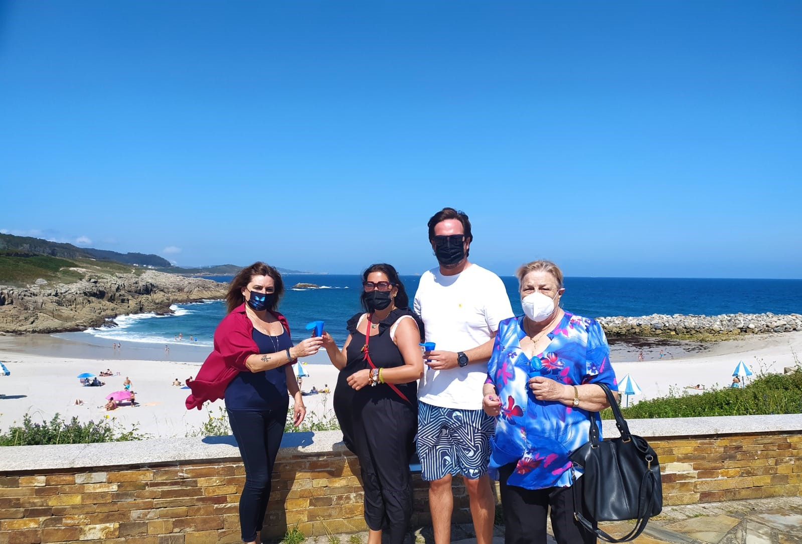 Reparto de cinceiros ecolóxicos de plástico reciclable nas praias de A Marosa e O Portelo