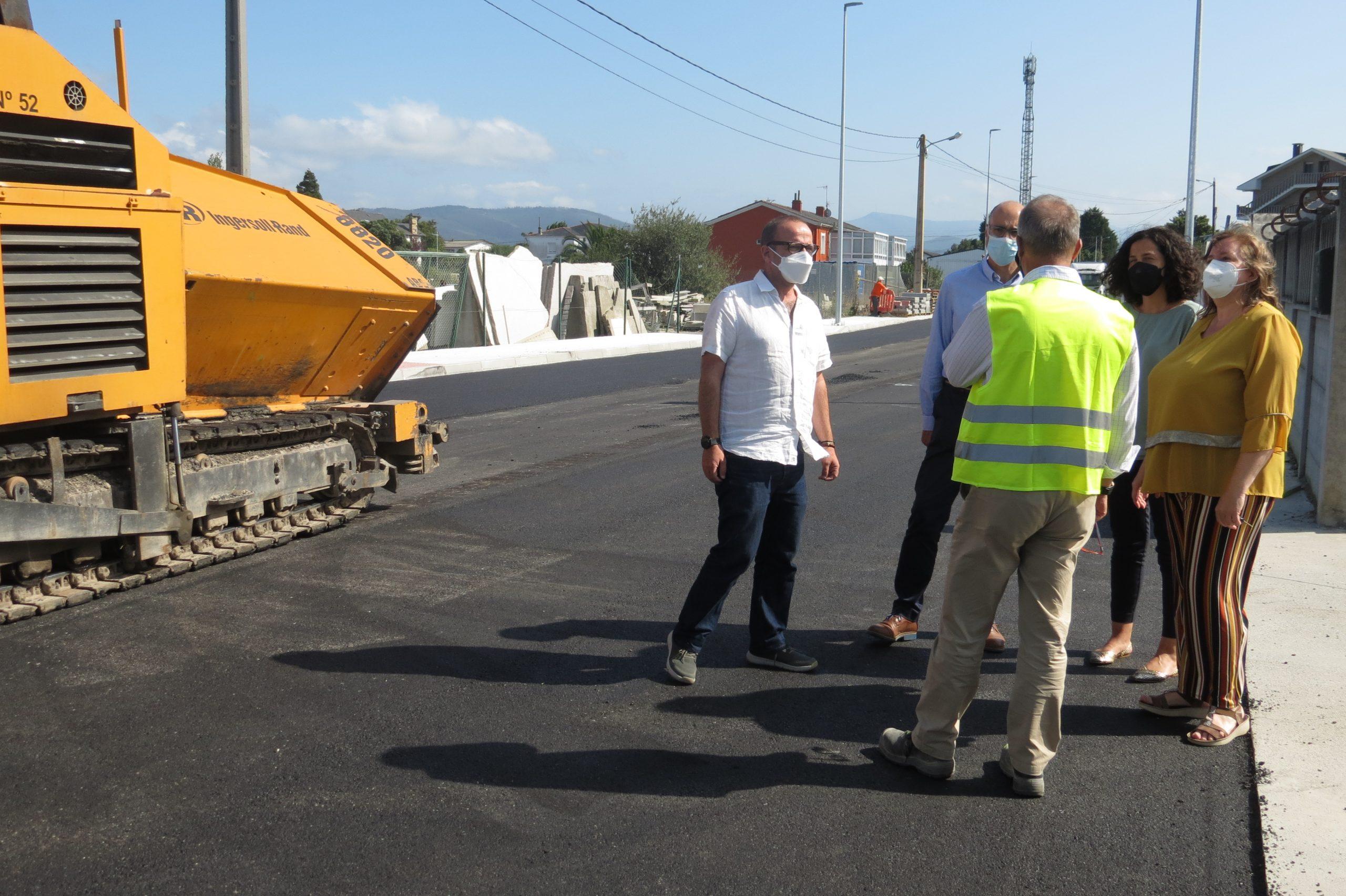 As obras da Estrada da Estación de Ribadeo, que rematarán en setembro, reciben estes días aglomerado