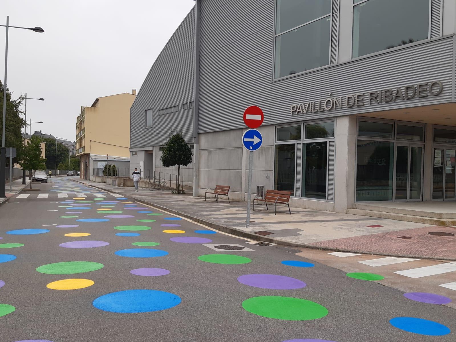 Rematou o pintado das zonas cativas ao carón dos centros escolares e instalacións deportivas de Ribadeo