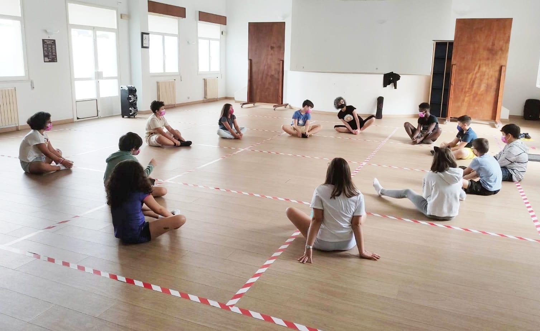 Medio cento de nenxs asisten ás clases de ioga programadas polo Concello de Cervo para este verán