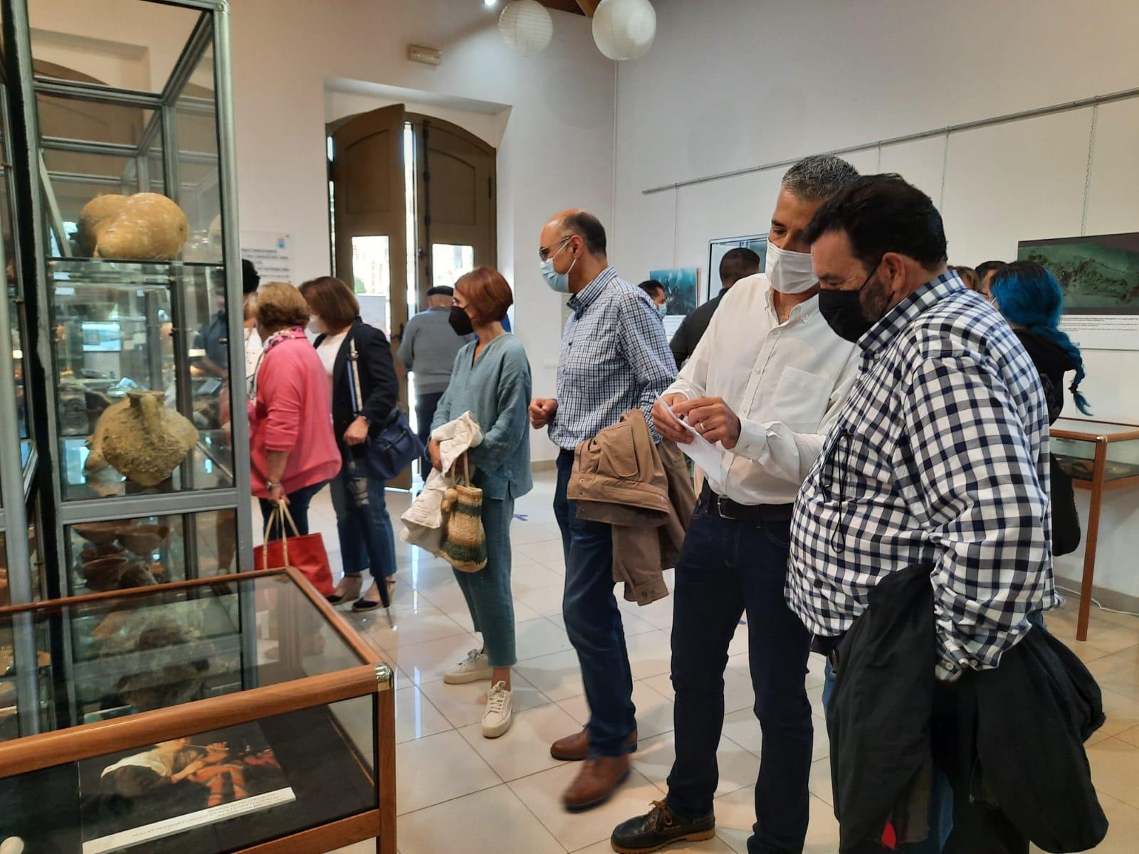 Inaugurada a exposición 'O porto de Ribadeo. Testemuñas do pasado', que se poderá visitar na oficina de turismo ata o 20 de outubro