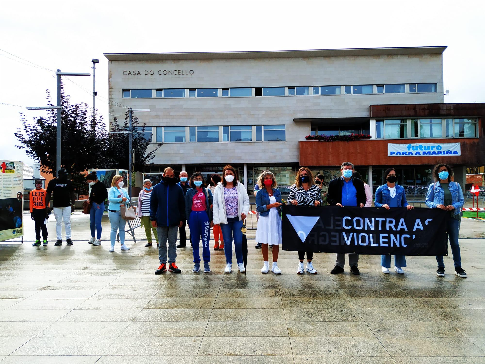 A Praza do Concello de Burela acolleu este luns unha concentración de condena ao último asasinato machista cometido na cidade da Coruña hai uns días