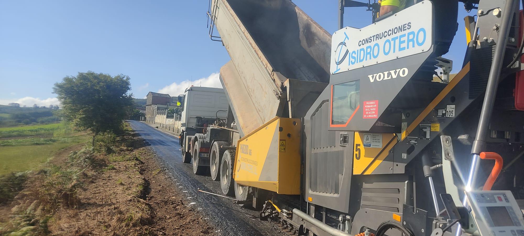 A Deputación mellora con aglomerado en quente a estrada da Ínsua, en San Cosme de Barreiros