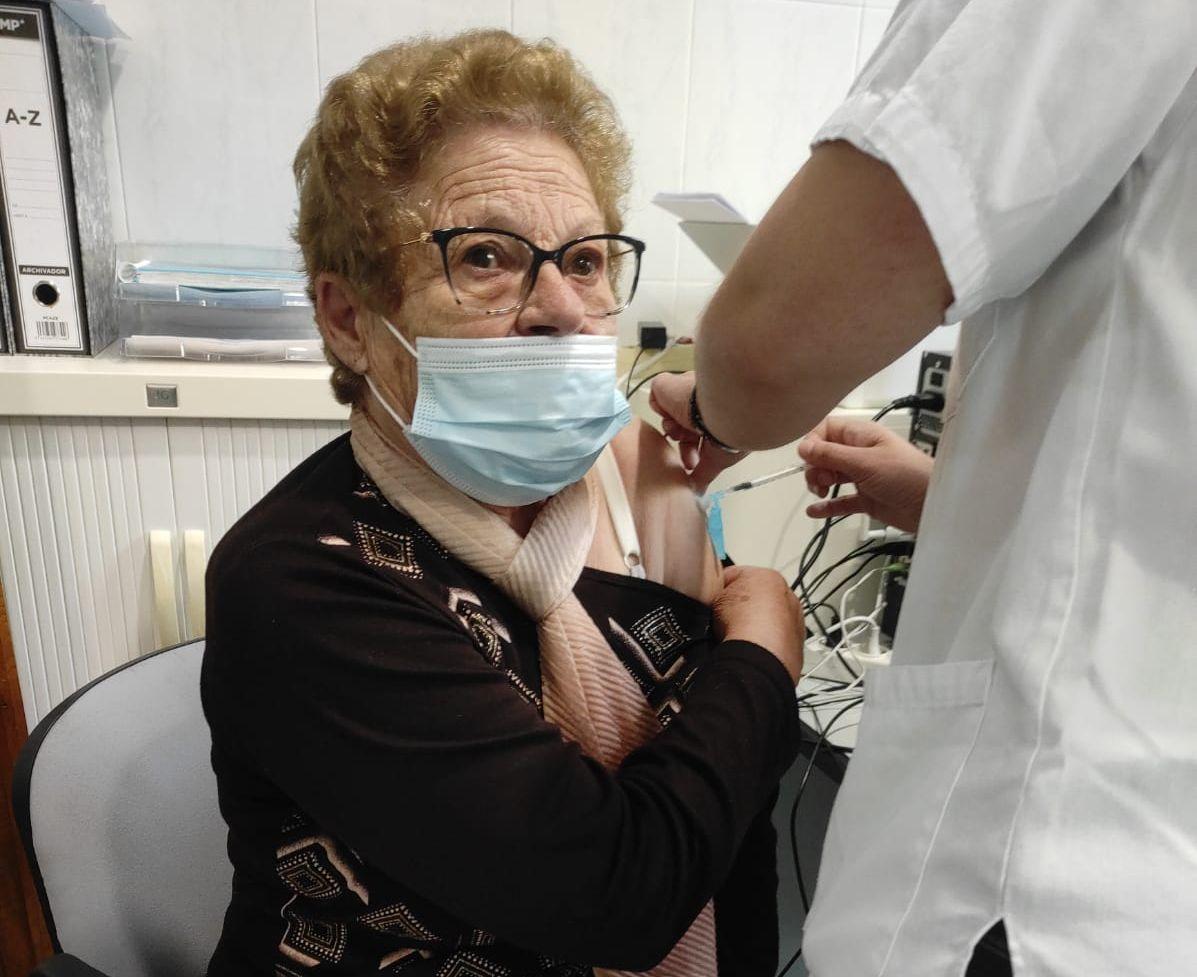 Os residentes no Hospital Asilo e no Centro de Atención a Persoas Maiores de Ribadeo recibiron este xoves a terceira dose da vacina contra o covid