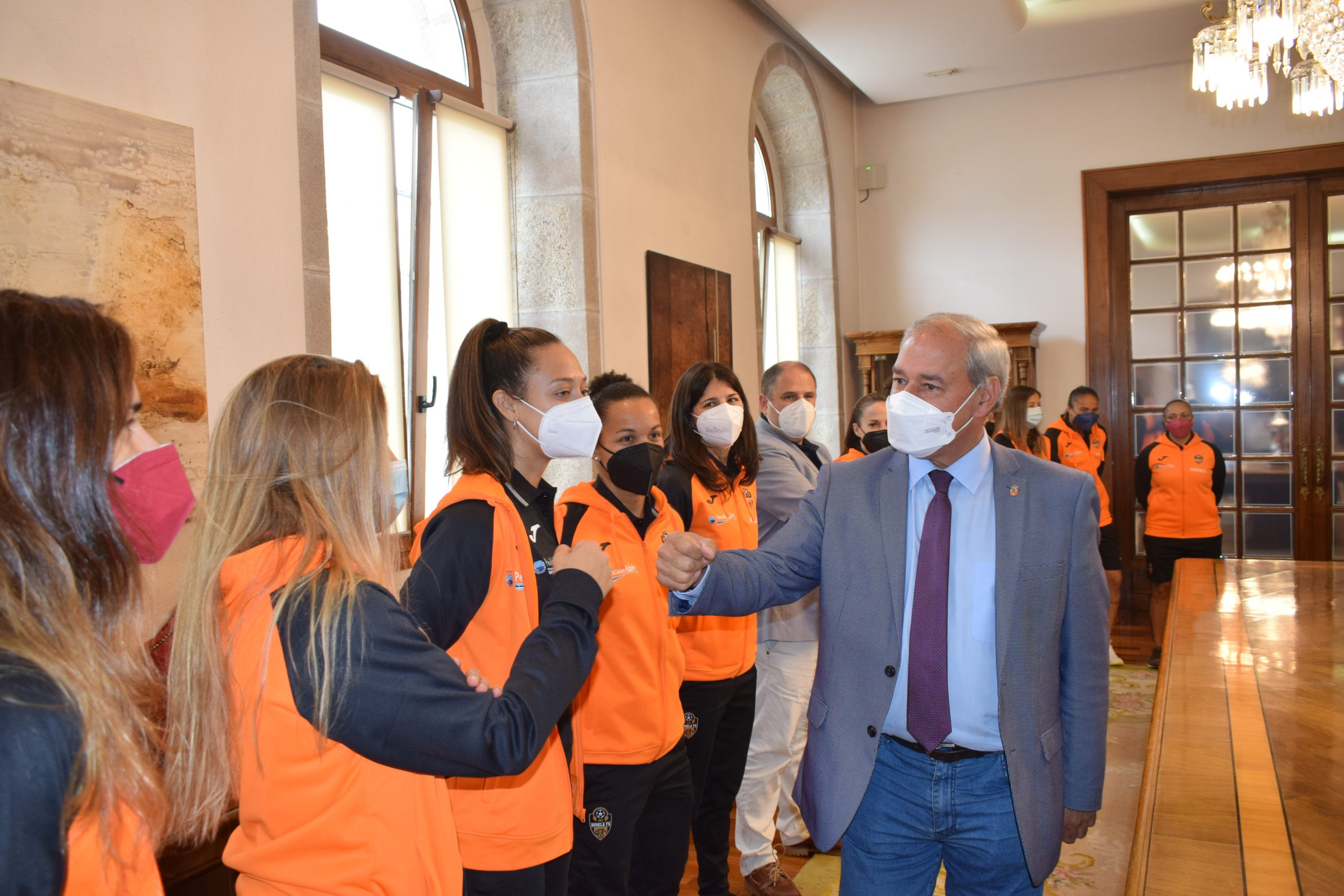 O Presidente homenaxea na Deputación ás tripla campioas do Burela FS