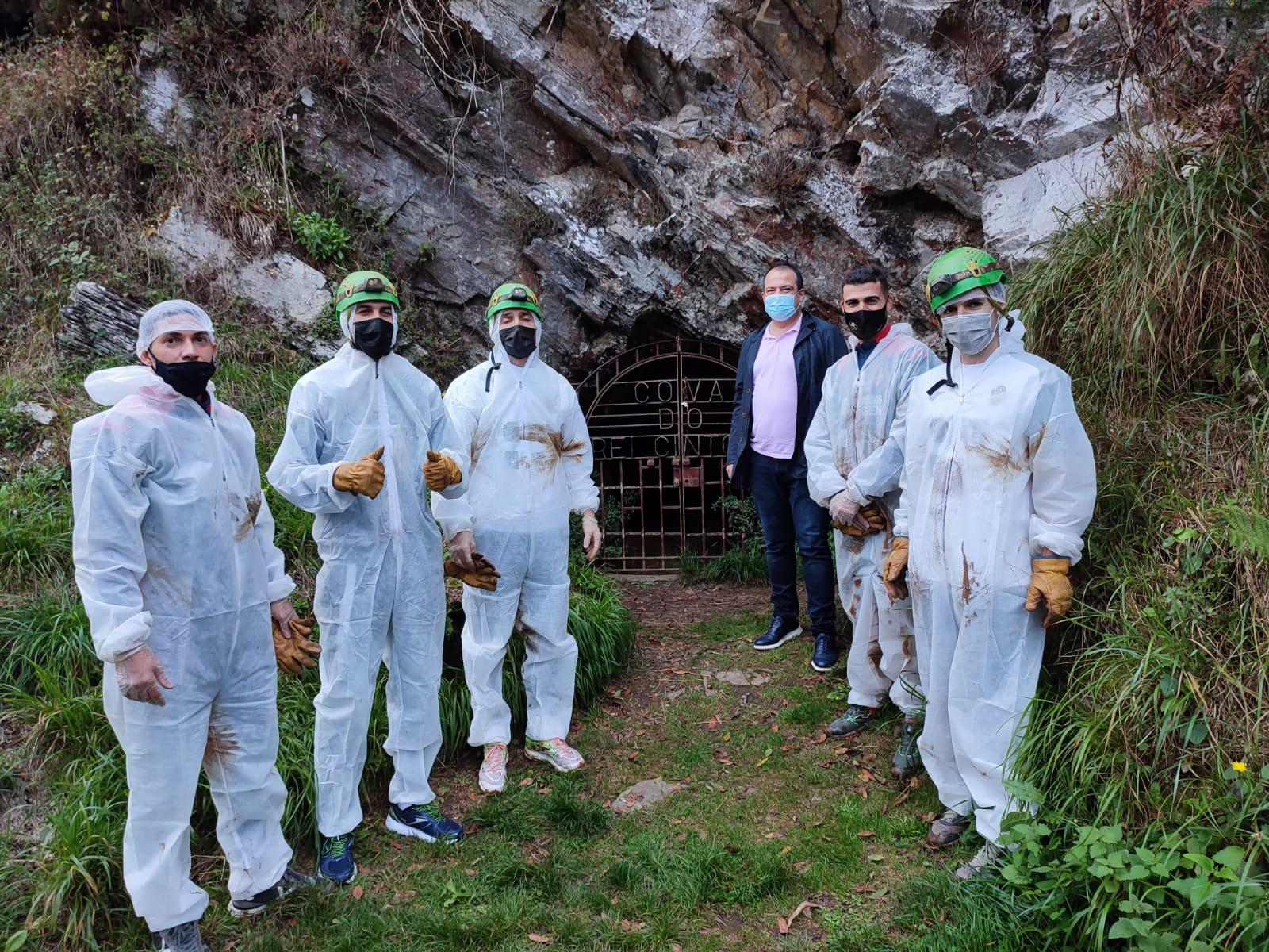 Os xogadores do Pescados Rubén visitan a Cova do Rei Cintolo