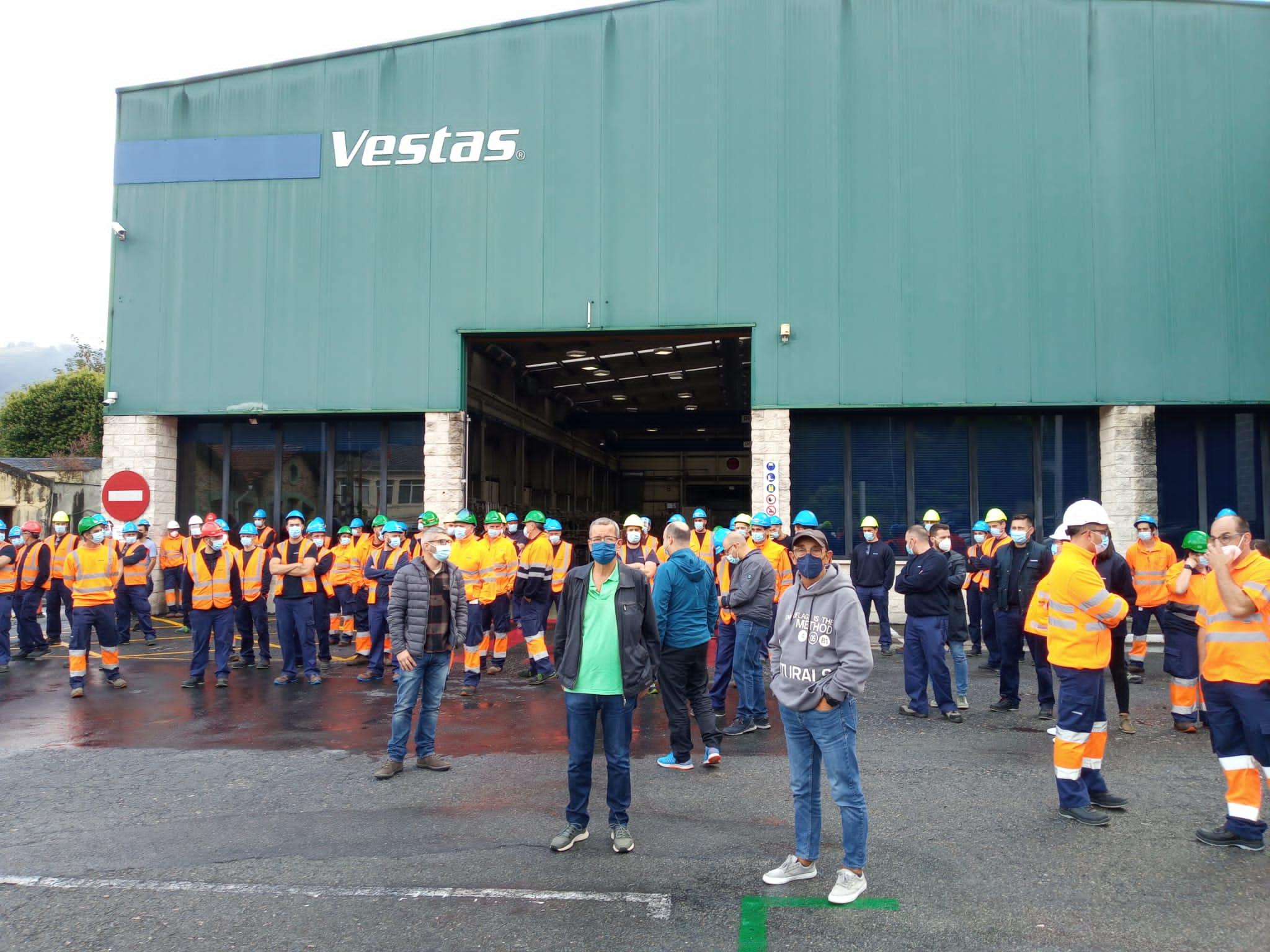 O Concelleiro Manuel Galdo e Manuel Insua, apoiaron este mércores aos traballadores de Vestas na primeira das concentracións diante da fábrica