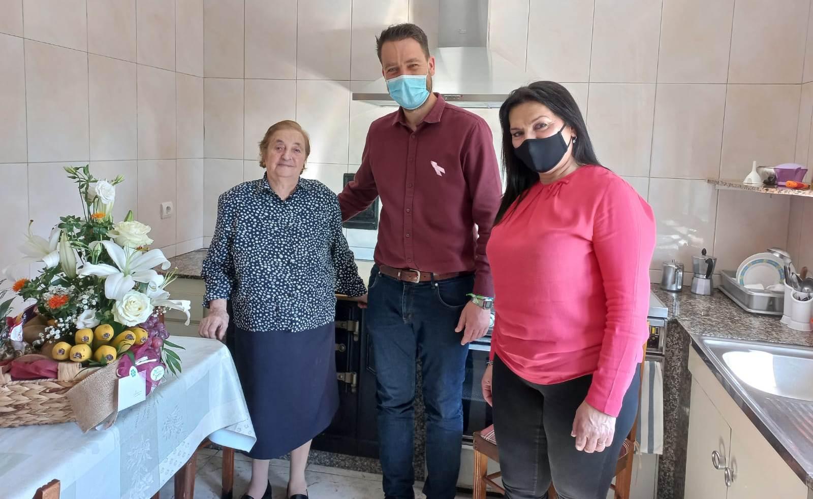 O alcalde de Foz, Fran Cajoto, e a concelleira de Servizos Sociais, Ana Rojo, visitaron este martes a  Asunción Rico de Forxán, que cumpriu 100 anos
