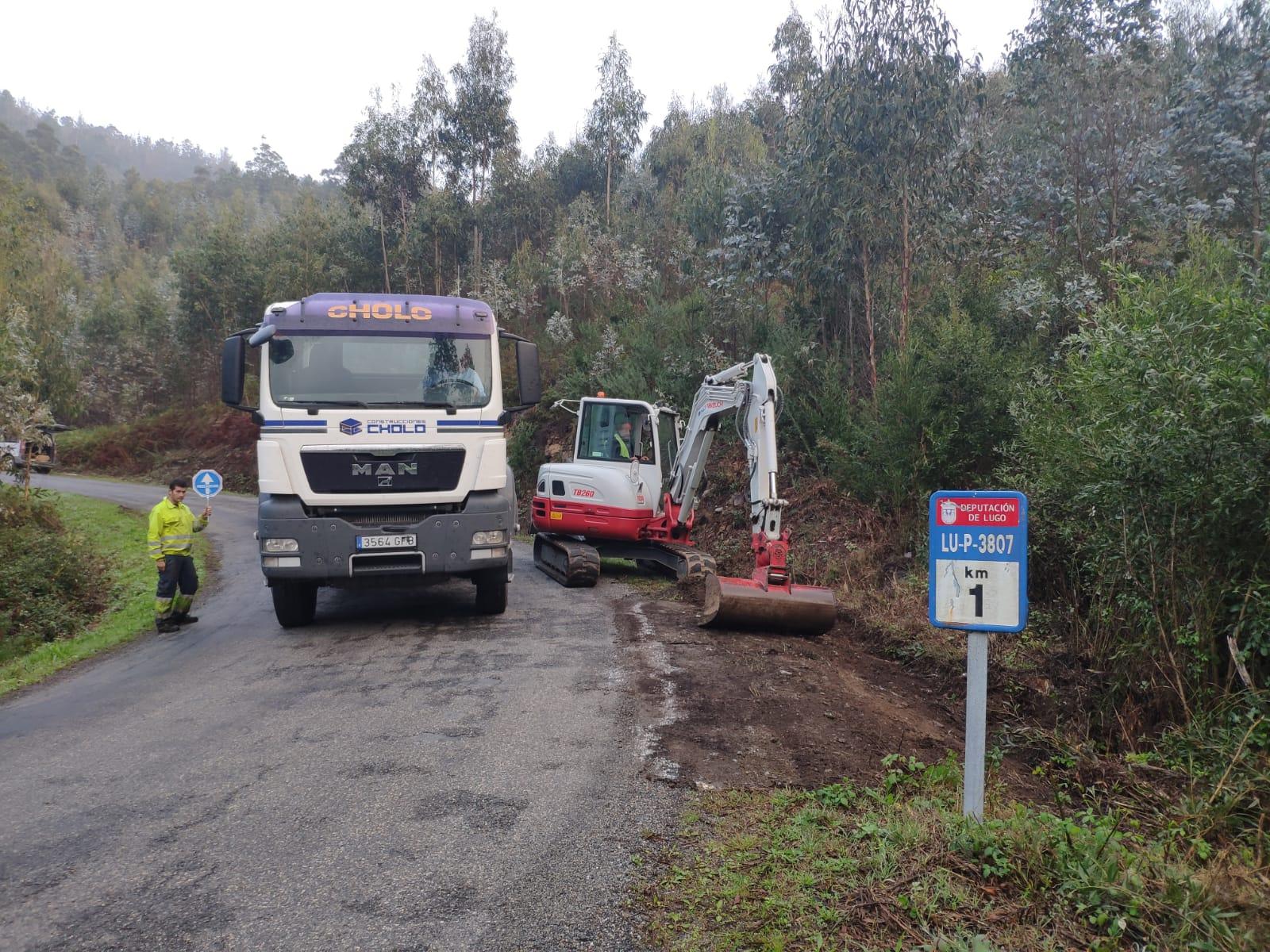 Iniciadas as obras de mellora do firme na estrada de Bravos a San Pantaleón, en Ourol