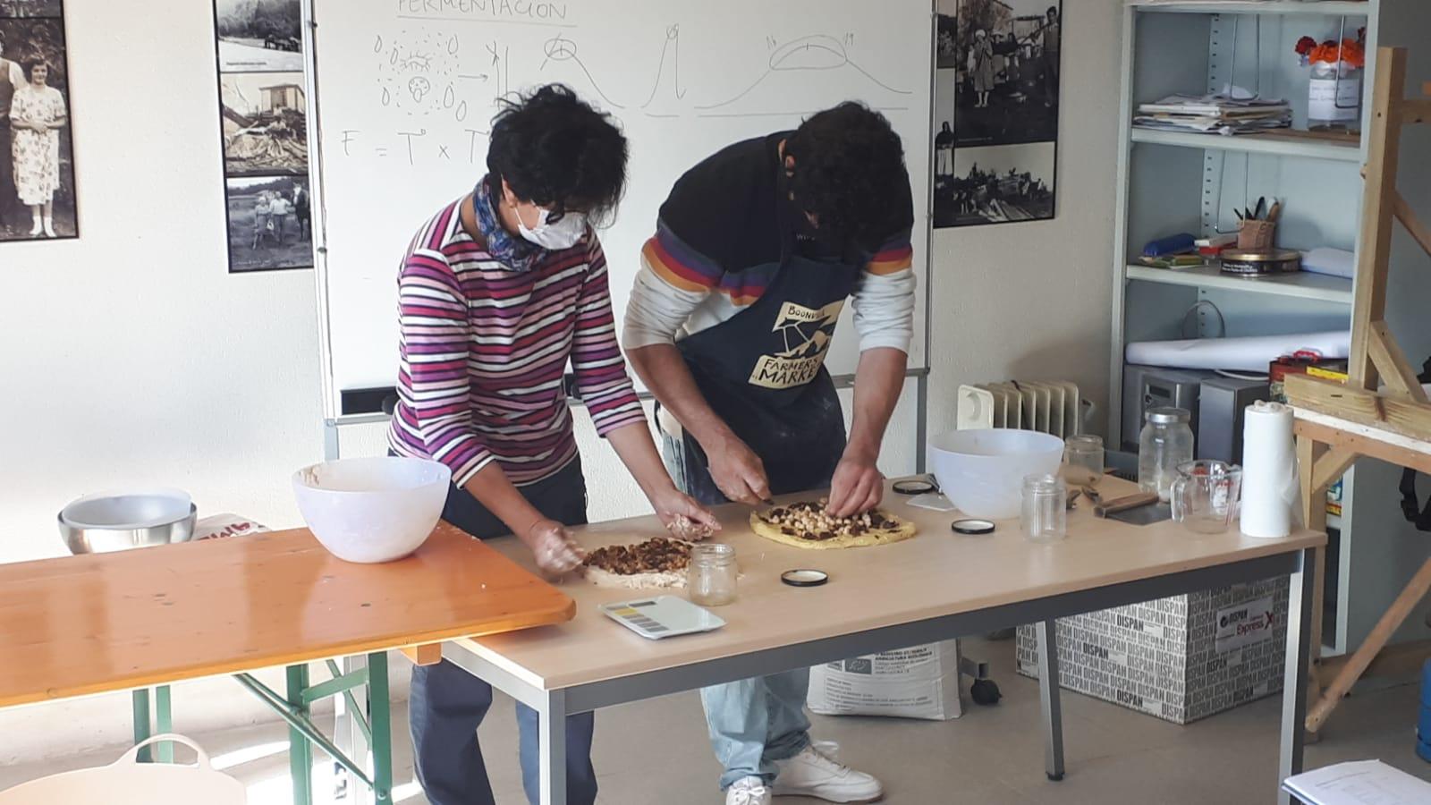 Éxito de participación no curso de elaboración de pan celebrado na escola das Anzas