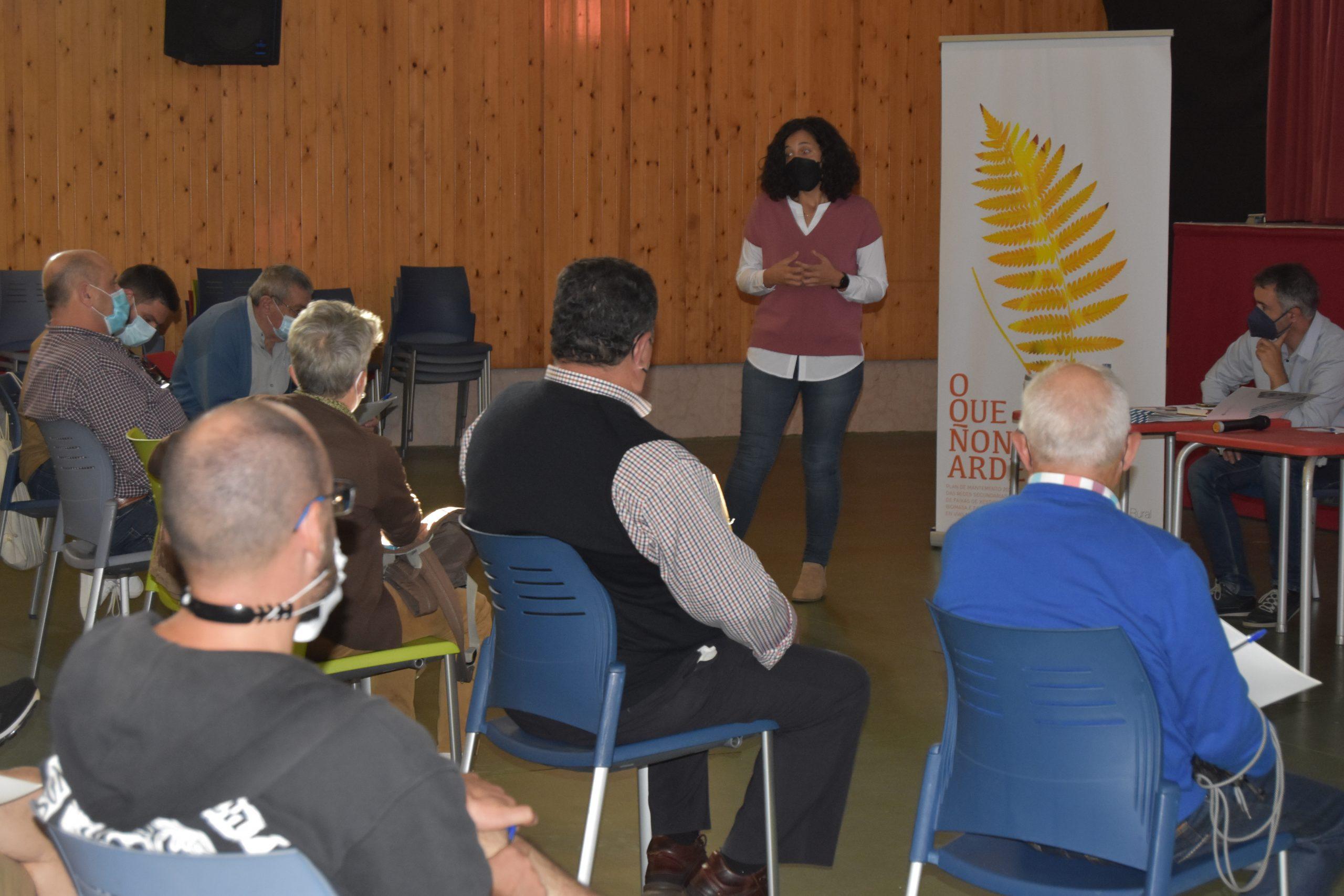 """Mónica Freire expón ás comunidades de montes  da Mariña os obxectivos do programa de prevención de lumes """"O que non arde"""""""